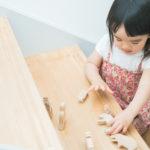 りおんちゃん2歳、木のおもちゃで遊ぶ