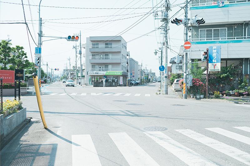桜通りから宇女商通りに入って1つめの信号、直進し宇女商通りを進む