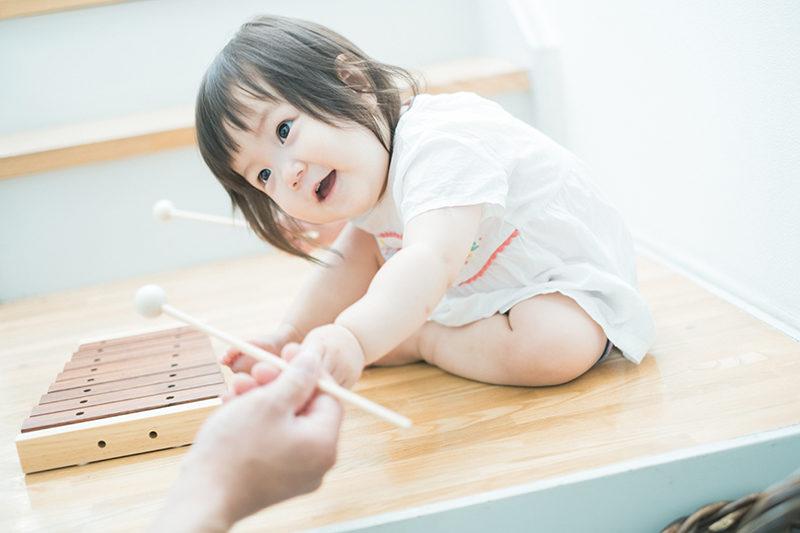 あんちゃん、1歳バースデー!お座りで木琴。どうぞ〜