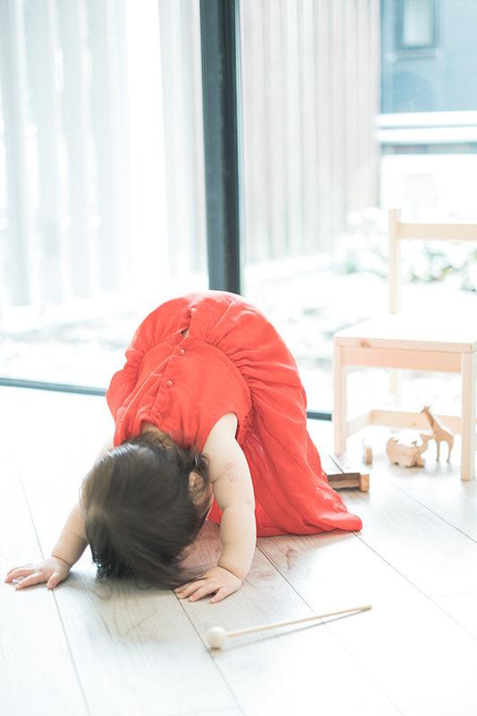 あんちゃん、1歳バースデー!赤いドレスで、お得意のポーズ