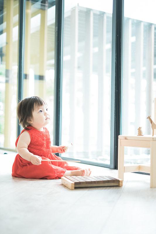 あんちゃん、1歳バースデー!赤いドレスで、木琴をとんとん。真剣な眼差し