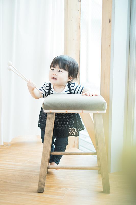 はなちゃん1歳バースデー!木琴の棒をもってこの表情、かわいい
