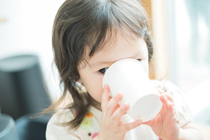 たまきちゃん、2歳キッズ、バースデー!お水を飲む