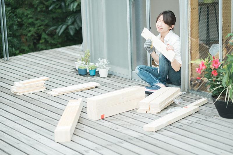 庭先DIY、木材の切断面をやすります