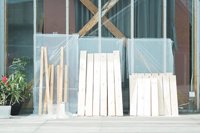 庭先DIY、ニスを塗った木材を乾かします