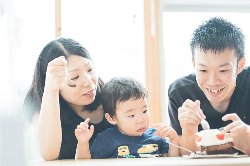 いってつくん、2歳バースデー!家族写真、とっても暖かくて、とっても幸せな時間。バースデーケーキを食べる