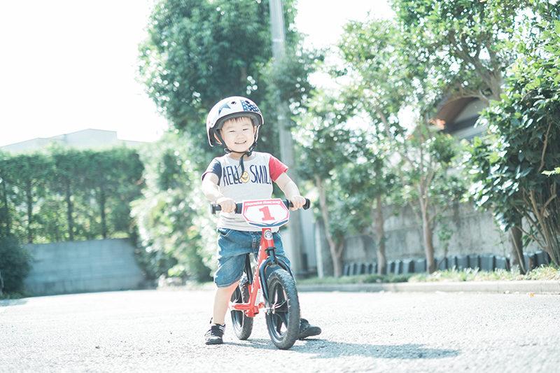 ただはるくん、3歳!スタジオの前の私道でストライダーで遊ぶ