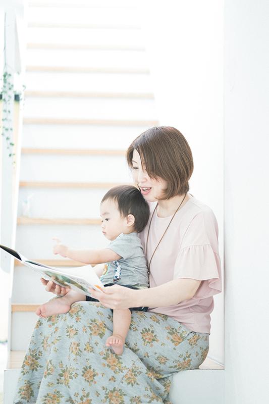 はるくん、家族写真。ママに絵本を読んでもらう
