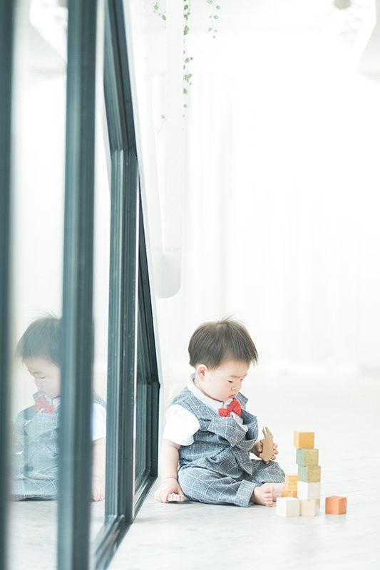 たけちゃん、1歳バースデー!積み木で遊ぶ。真剣なまなざし