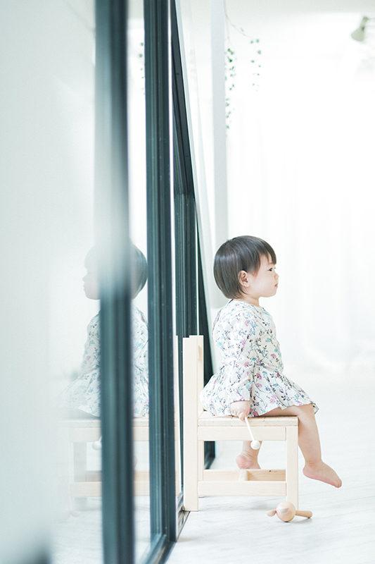 えみちゃん、キッズ、1歳バースデーフォト!椅子にちょこんと座って