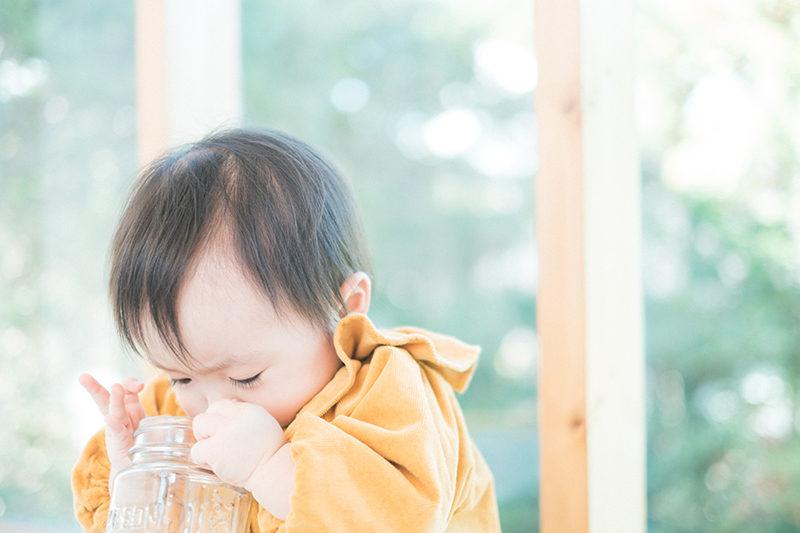 ふゆちゃん、1歳バースデー!真剣な表情、瓶に興味津々