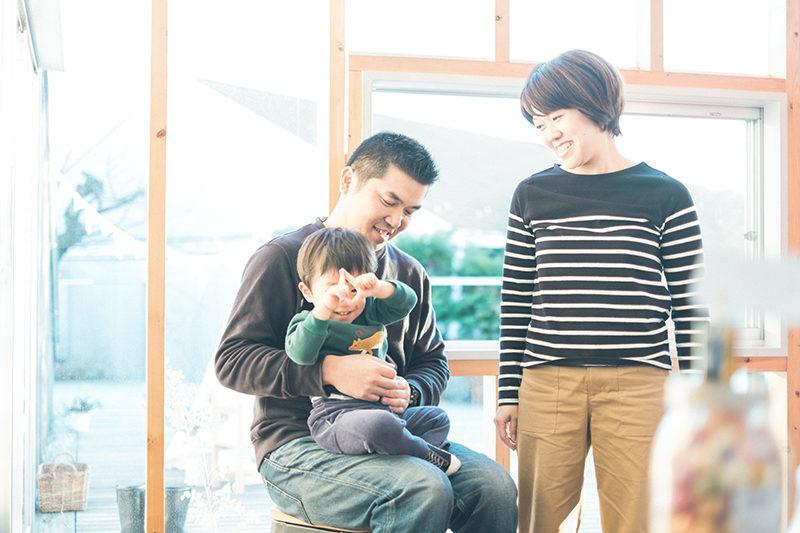 ゆうたくんファミリー!家族写真、カメラマンの真似っこ