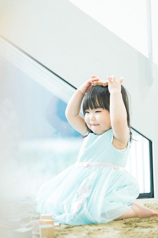 2歳バースデーフォト、あみちゃん!水色のドレスで