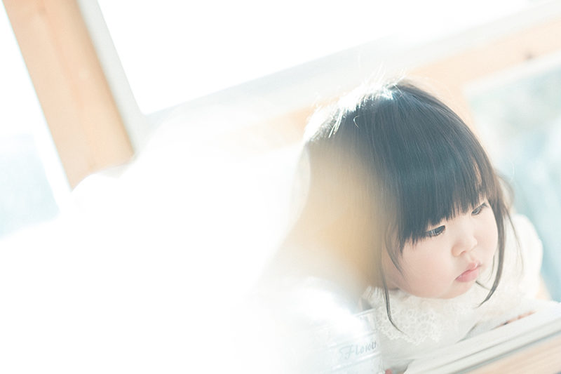 2歳バースデーフォト、あみちゃん!真剣な表情、かわいい