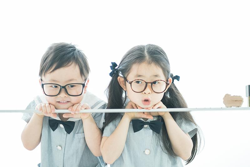 卒園、みゆちゃん!弟と一緒におしゃれメガネ