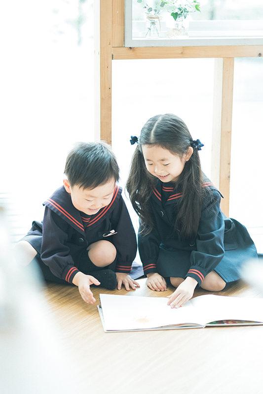 卒園、みゆちゃん!弟と一緒に絵本を読む