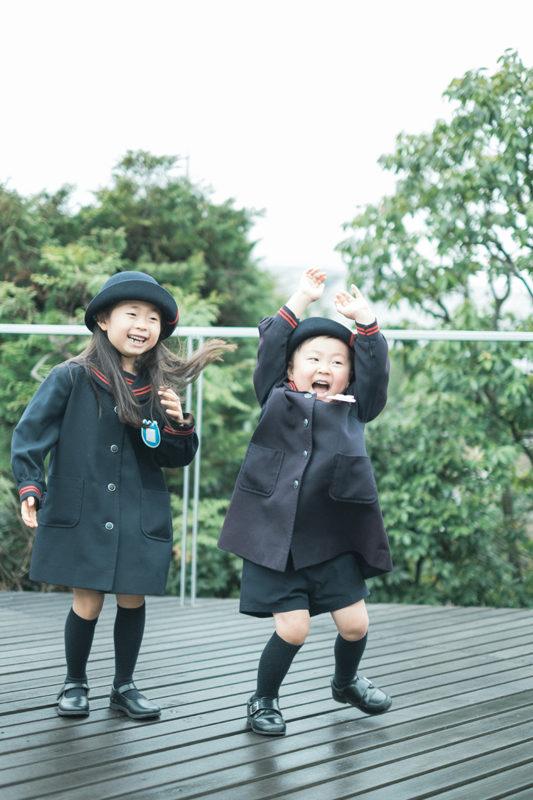卒園、みゆちゃん!弟と一緒に、雨のテラスにて
