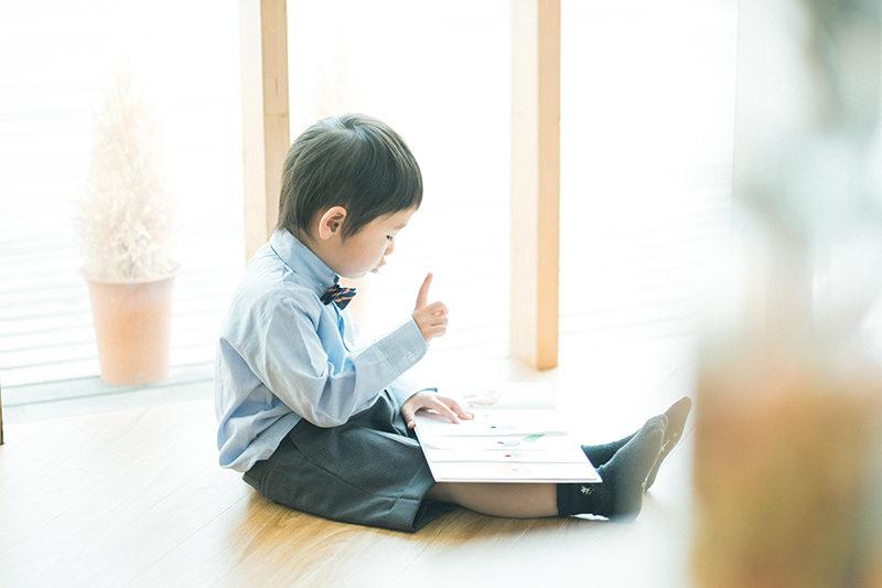 入園フォト、しょうごくん!絵本を読む