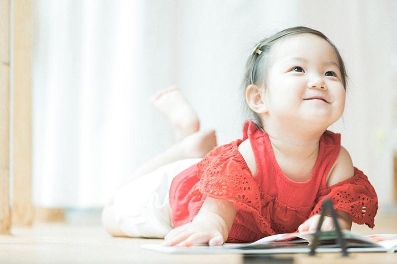2歳バースデーフォト、あんちゃん!絵本を読む