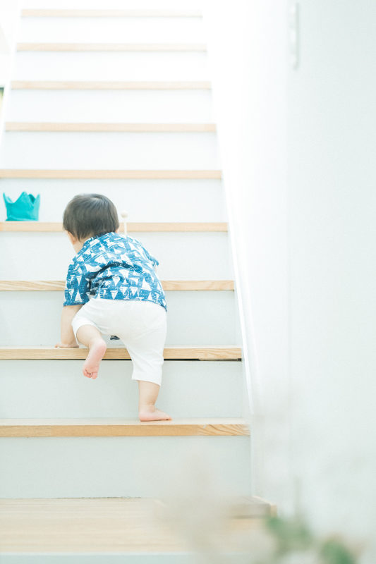 1歳バースデーフォト、おうすけくん!階段のぼっちゃう