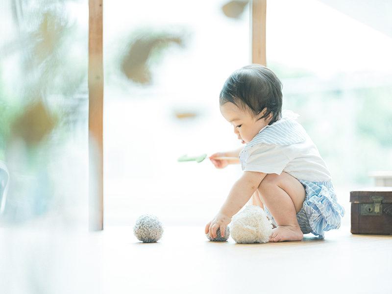1歳バースデーフォト、こうちゃん!真剣に遊ぶ
