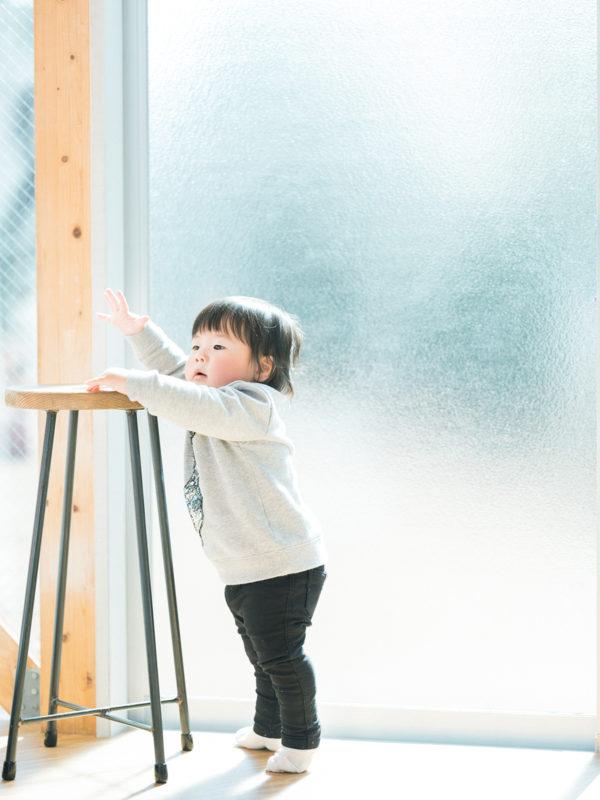 1歳バースデーフォト、じゅんくん!つかまり立ち