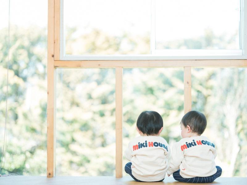 双子、1歳バースデーフォト!後ろ姿、miki house