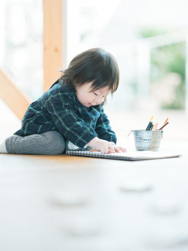 1歳バースデーフォト、ふうこちゃん!お絵かき