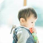 1歳バースデーフォト、ことみちゃん!もぐもぐ