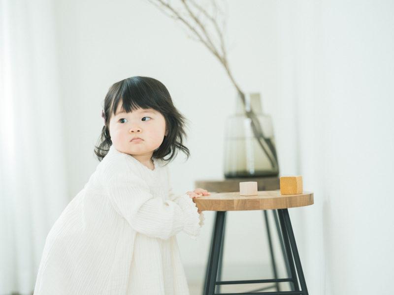 1歳バースデーフォト、ひなみちゃん!つかまり立ち