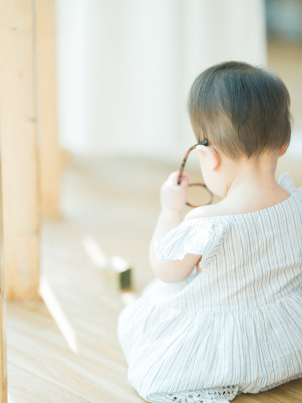 1歳バースデーフォト、ことちゃん!後ろ姿、お洒落メガネ