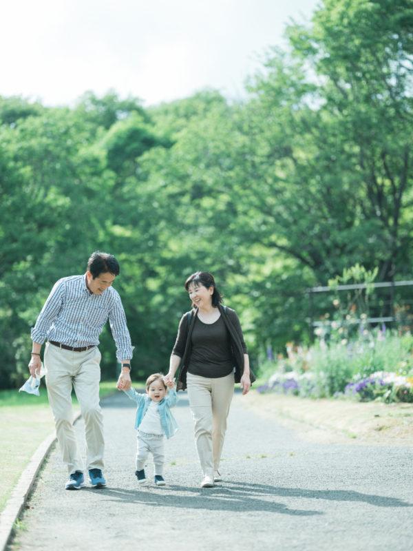 出張ロケーションフォト、たっくん、家族写真!おじいちゃん、おばあちゃんとおててをつないで