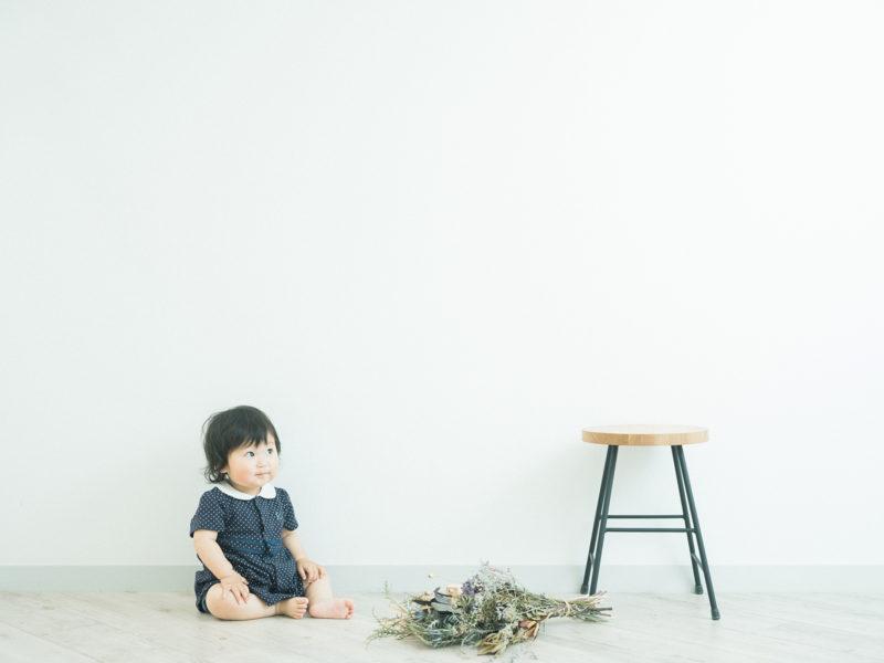 1歳バースデーフォト、りおちゃん!ドライフラワーブーケとナチュラルなスツールと