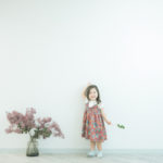 3歳バースデーフォト、あんちゃん!スモークツリー、可愛いワンピース