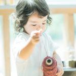 2歳バースデーフォト、こうちゃん!ロックミシンの糸、ナチュラルなおもちゃ