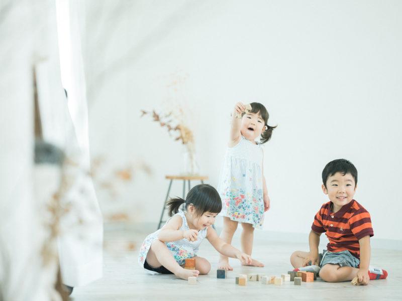 3兄弟、仲良し、おもちゃで遊ぶ