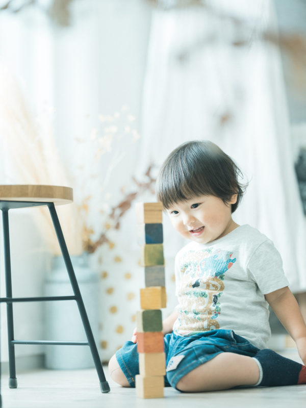 2歳バースデーフォト、たいすけくん!ナチュラルな積み木のおもちゃ