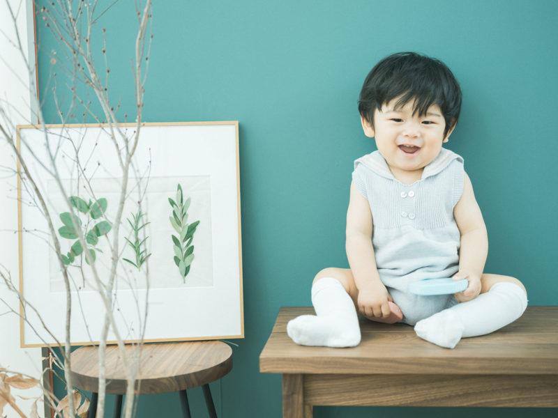 1歳バースデーフォト、みづきくん!青い壁の前で