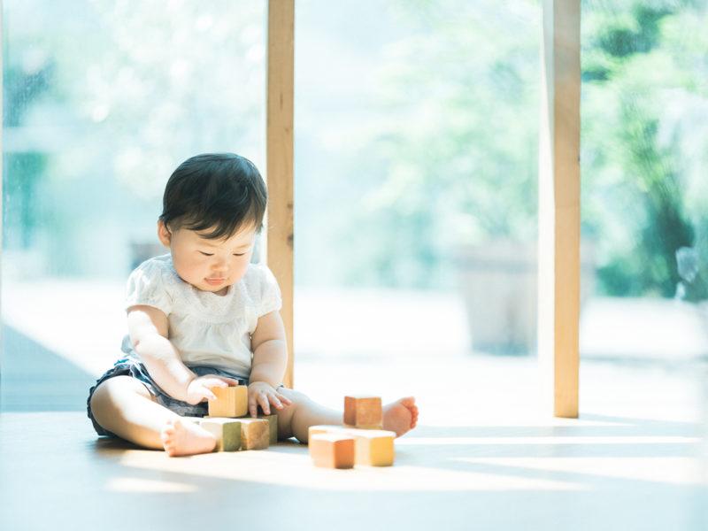 1歳バースデーフォト、りのちゃん!ナチュラルな積み木のおもちゃ