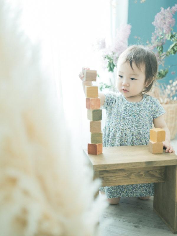 2歳バースデーフォト、あおいちゃん!積み木