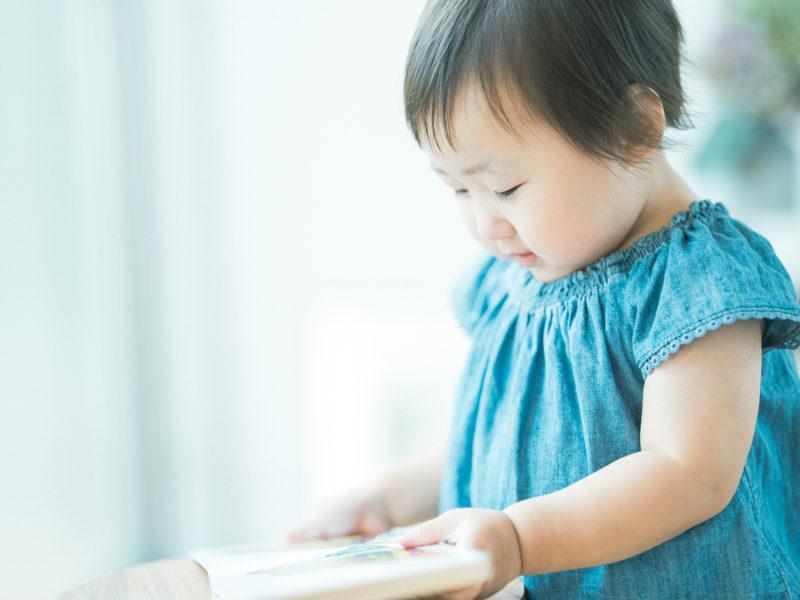 2歳バースデーフォト、あやめちゃん!絵本