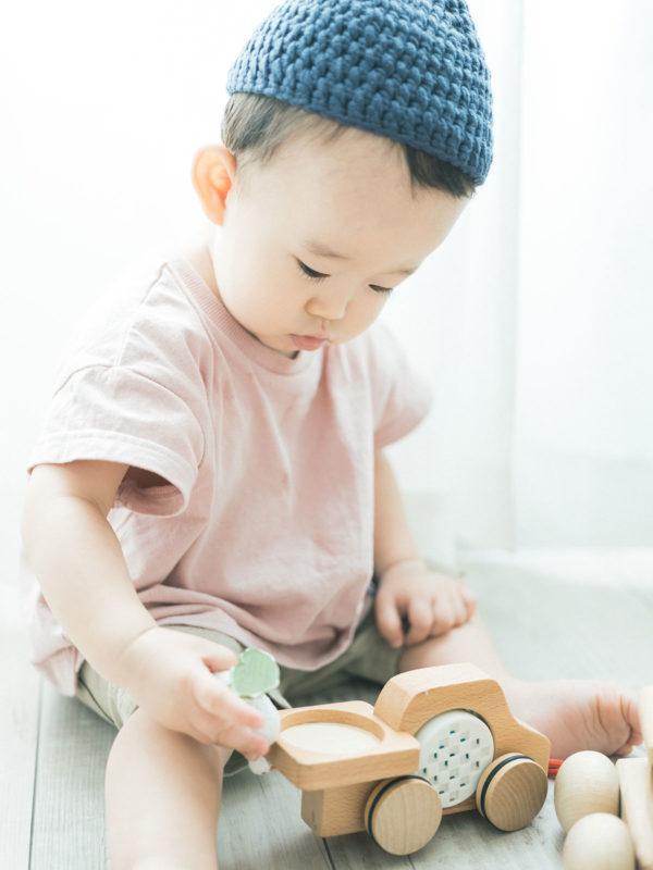 1歳バースデーフォト、こうしんくん!可愛い帽子と木のおもちゃ