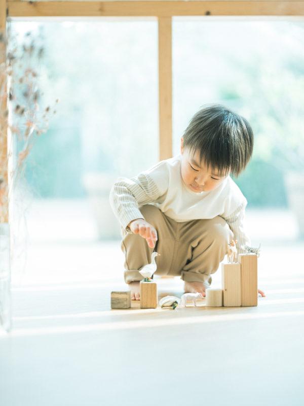 2歳バースデーフォト、いづきくん!無垢の積み木