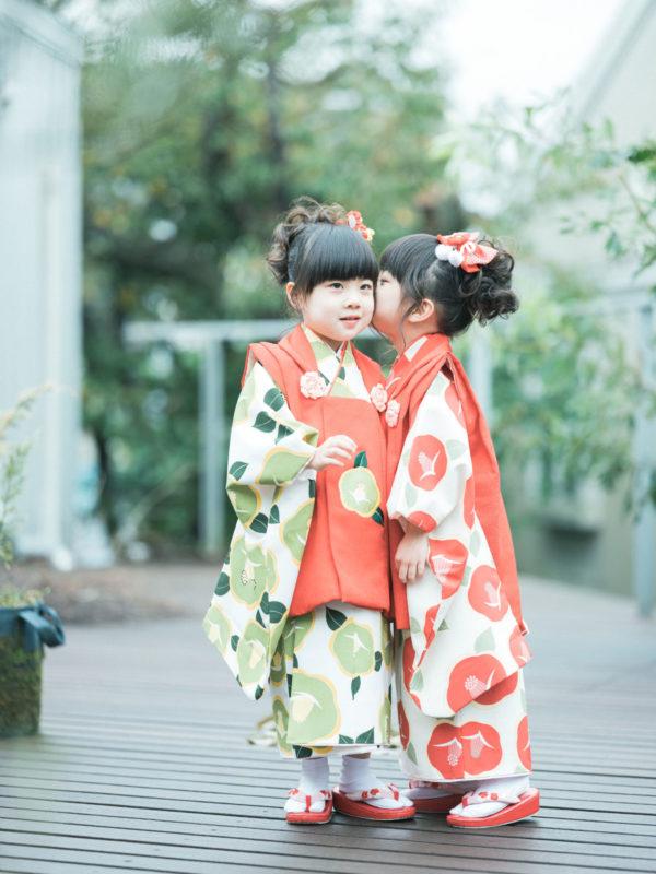 双子3歳七五三!モダンで可愛い着物、みはやちゃん、ちはやちゃん、雨