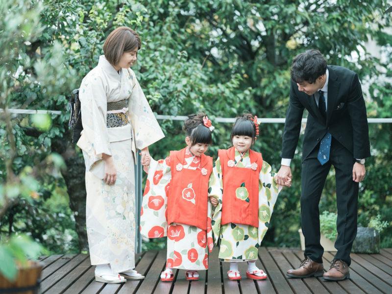 双子3歳七五三!モダンで可愛い着物、みはやちゃん、ちはやちゃん、家族写真