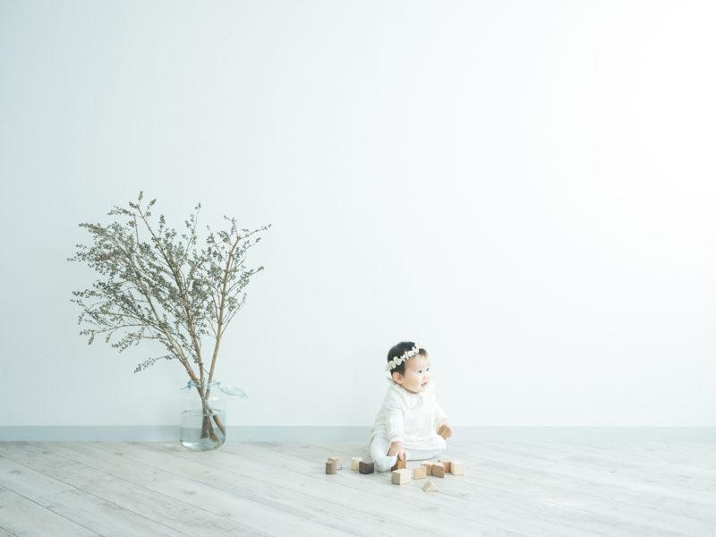 1歳バースデーフォト、りこちゃん!無垢の積み木、シンプル