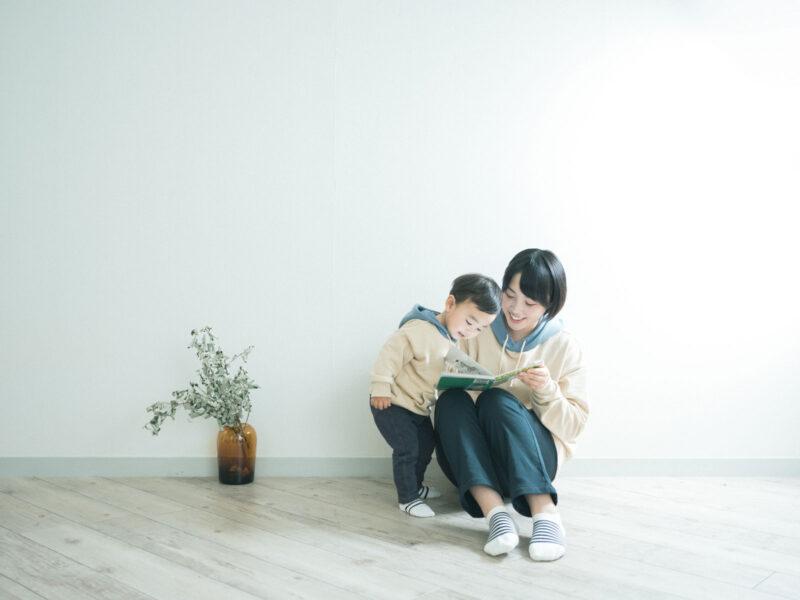 ゆうくん、家族写真!ママと絵本