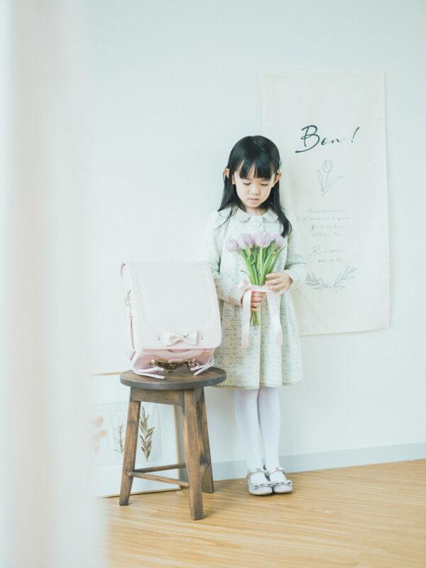 入学記念写真、りおんちゃん!お洒落なタペストリー