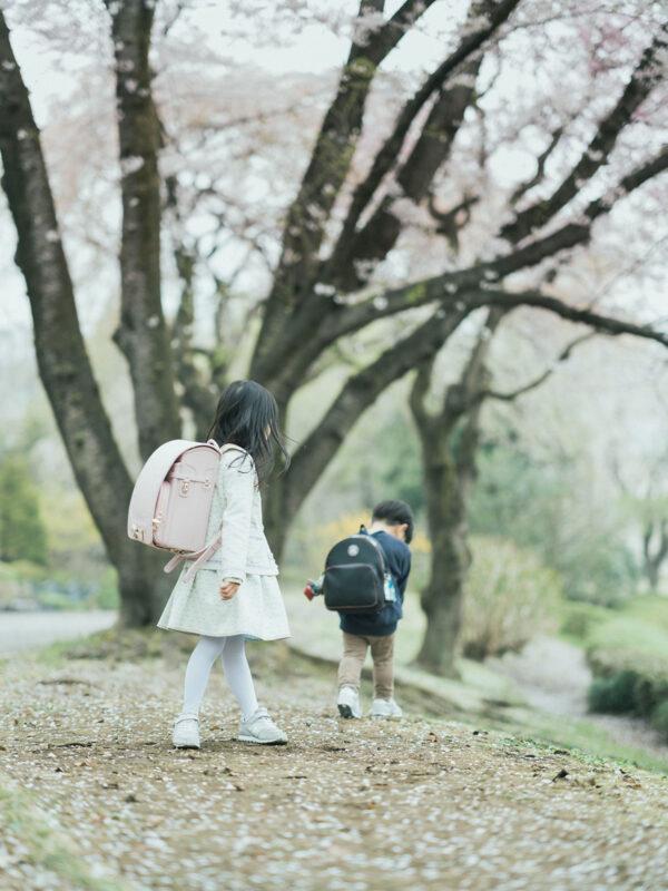 入学記念写真、りおんちゃん!逃げる弟