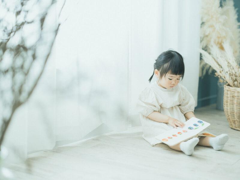 2歳バースデーフォト、かのんちゃん!絵本、はらぺこあおむし